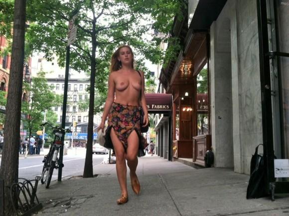 Scout Larue Willis à poil en pleine rue