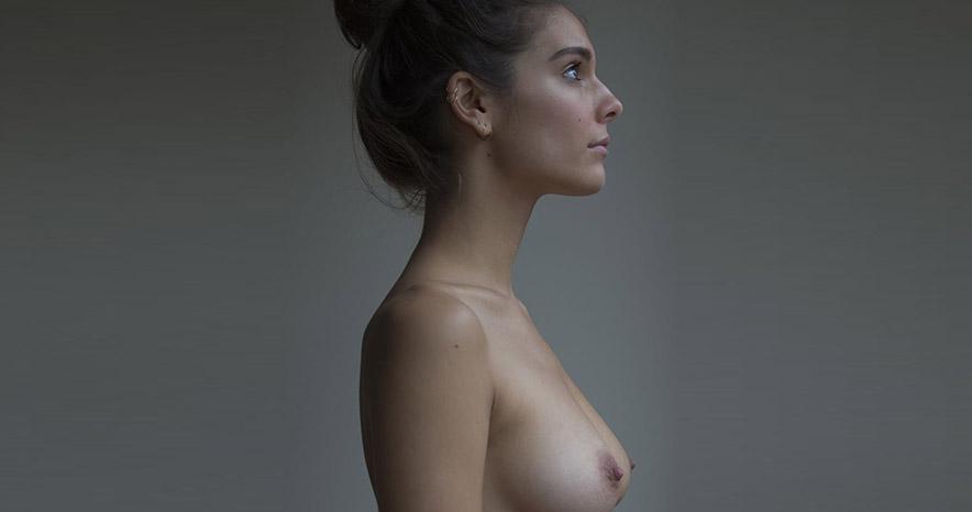 Caitlin-Stasey-nue-jolie-poitrine