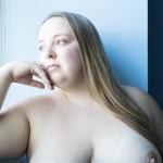 Herself Alexis femme forte seins nus